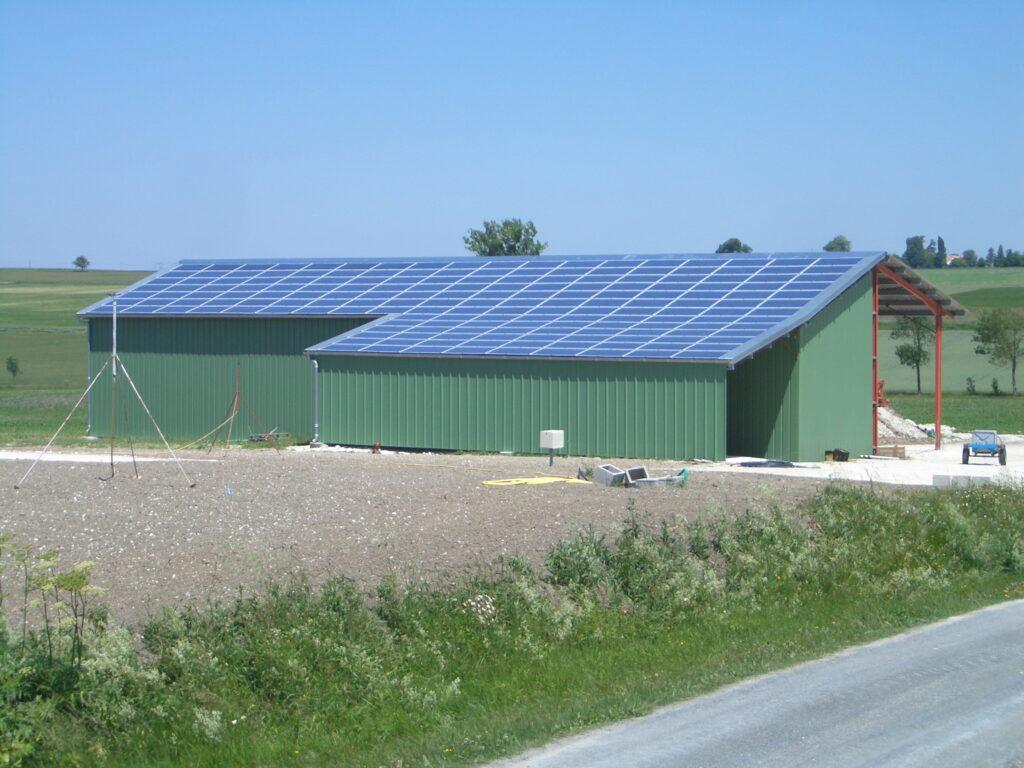 Hangar de Guérin équipé de plus de 100 panneaux solaires