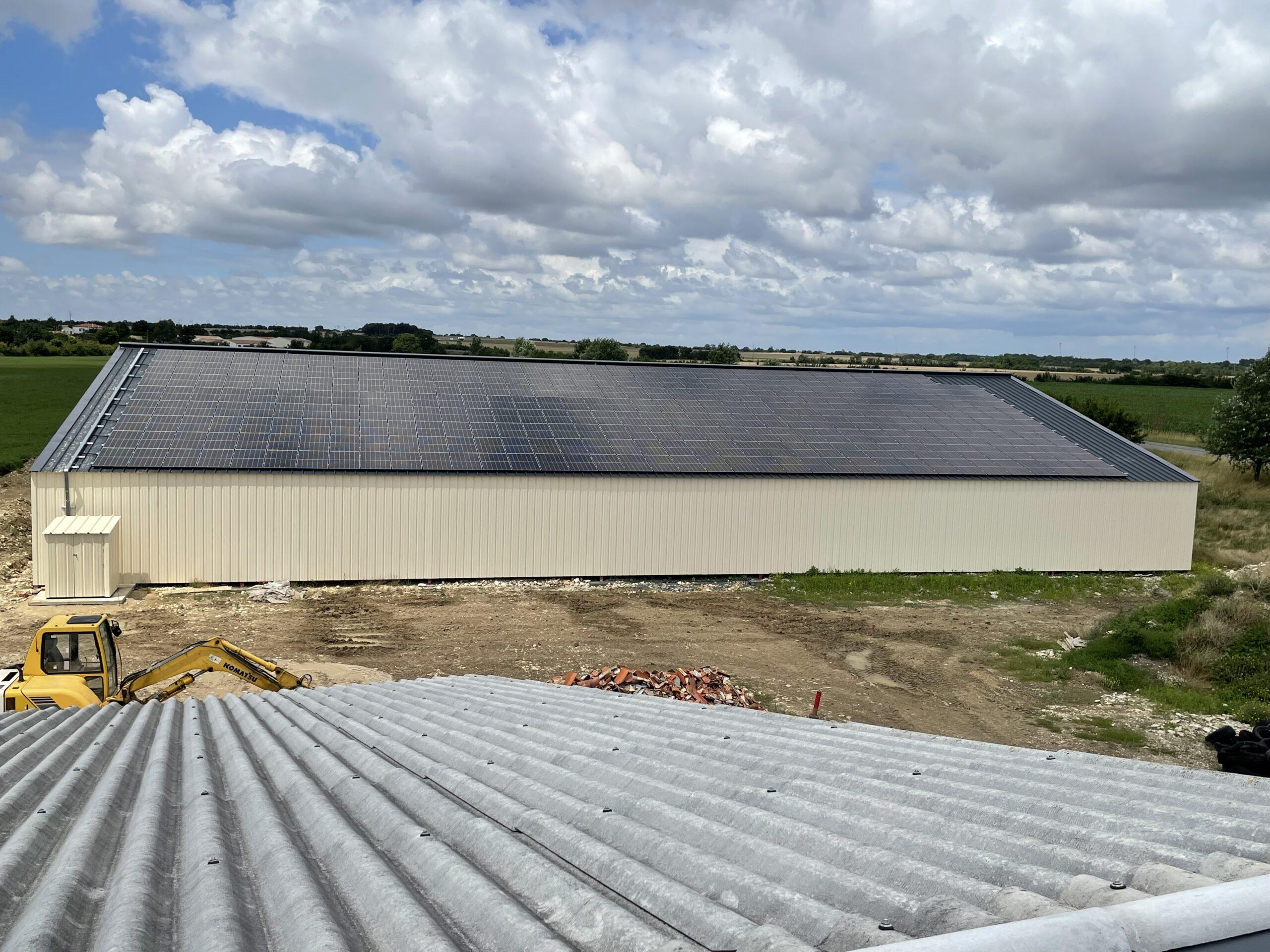 Hangar couvert de panneaux solaires vue depuis le toit d'un autre hangar
